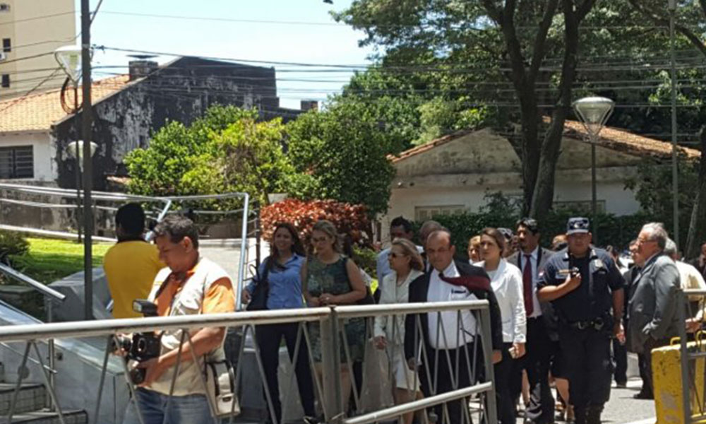 Funcionarios volviendo a ingresar a la sede del Palacio.