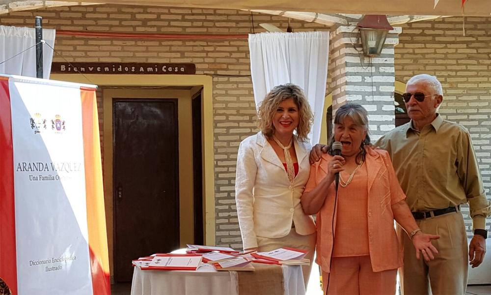 Liry Aranda, junto a sus padres Don Juancito y Doña Dila, durante la presentación de su libro //OviedoPress