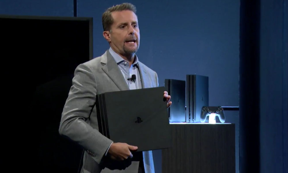 Andrew House, presidente de Sony Computer Entertainment, sosteniendo la PlayStation 4 Pro (Sony) //lavanguardia.com