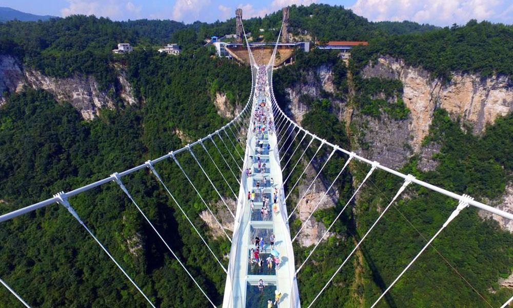 El puente de cristal está ubicado en el parque natural de Zhangjiajie en la provincia de Hunan, China. //lavanguardia.com
