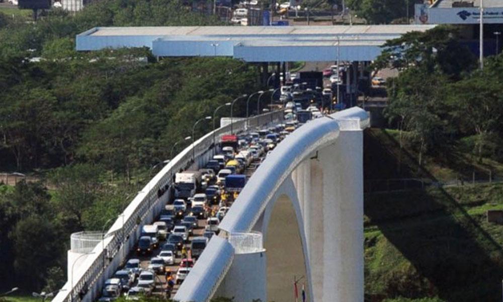 Tránsito lento en el Puente de la Amistad. Foto://Archivo - Ultimahora.com.