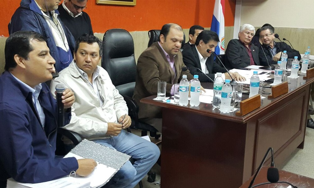 Autoridades locales y departamentales, encabezados por el gobernador Mario Varela (c), se reunieron este viernes en la Junta Departamental // OviedoPress