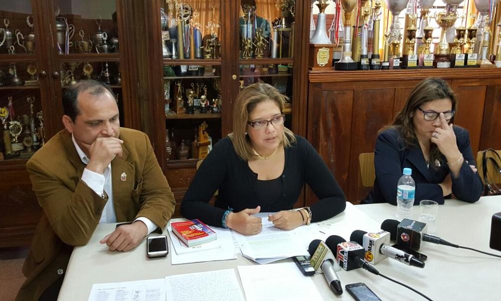 Durante la conferencia de prensa, Carlos Balmoriz junto a la asesora jurídica Liliana Corvalán y la directora de la escuela Sonia Garcete de Balmoriz,