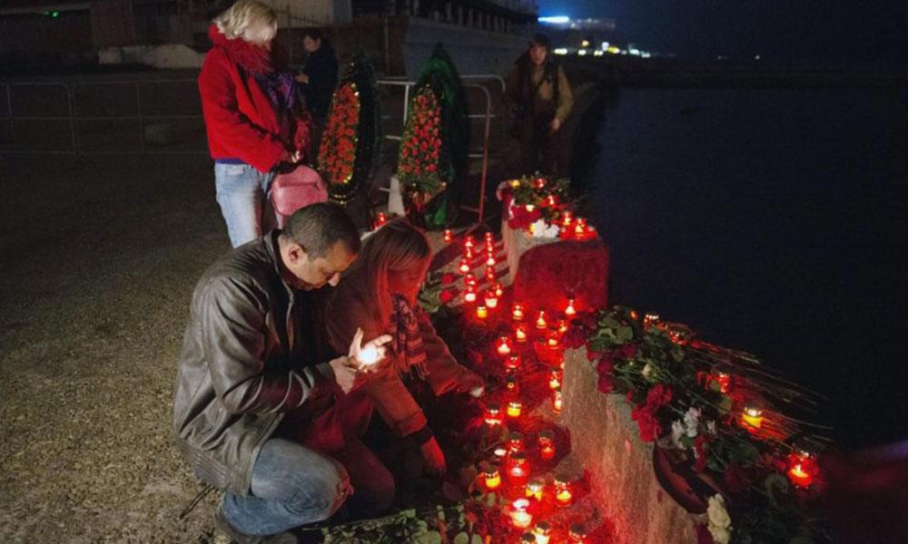 Varias personas en la ciudad rusa de Sochi encienden velas en homenaje a alas victimas del siniestro.