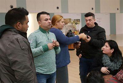 Walter Rolando junto a Antonia (madre de Albertito) y Edgar Ozorio, durante la reunión de coordinación del evento solidario. Foto: OviedoPress