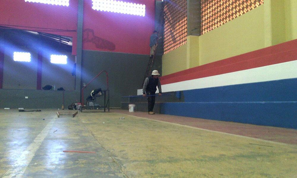 Con lo recaudado en la fiesta del Exa Nacio, se procedió a pintar las graderías del polideportivo, la refracción y renovación del escenario, el cambio de pisos, la colocación de reflectores LED. //OviedoPress