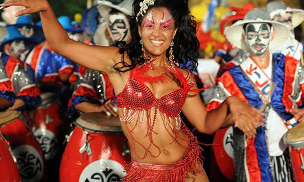 El carnaval uruguayo baila al ritmo de la samba y es evaluado por brasileños. Foto://turismoonline.