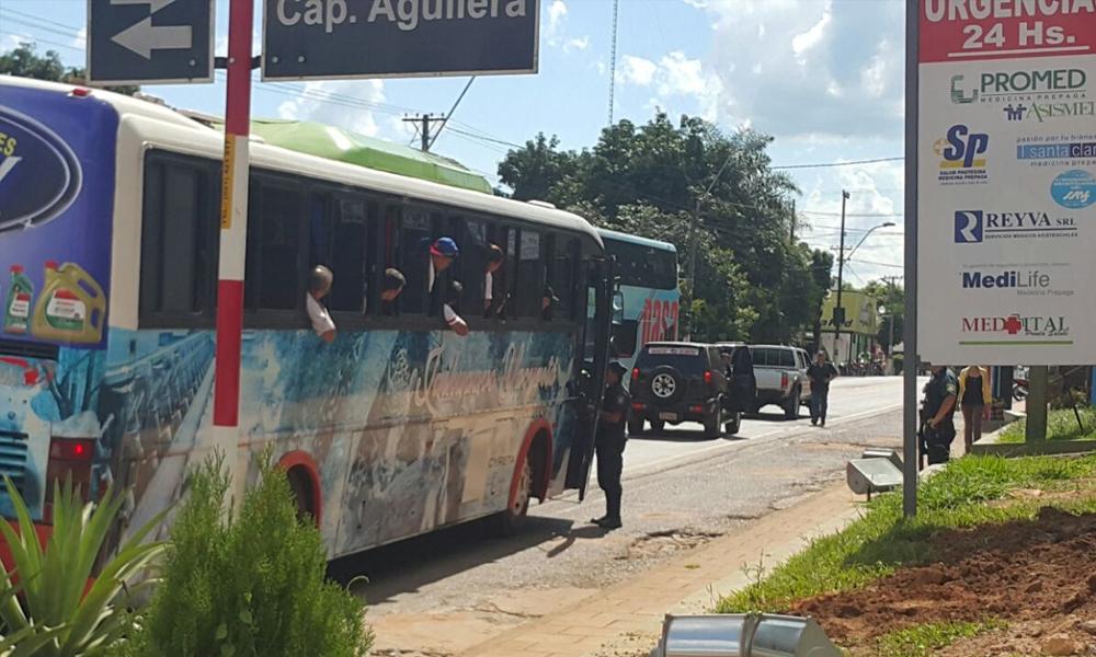 Buses de manifestantes demorados por la Policía Nacional en Itacurubí de la Cordillera // Gentileza
