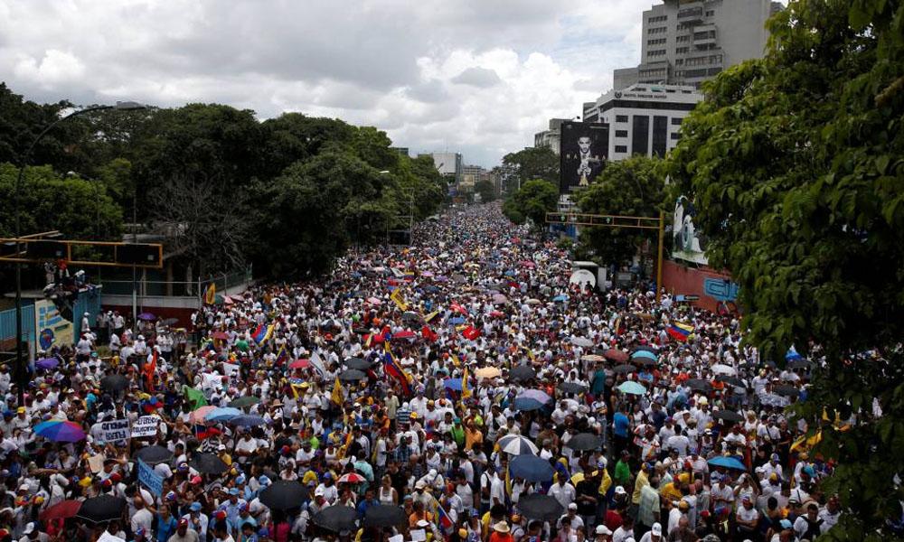 Marcha del pasado jueves 1 de septiembre. Multitud que apoya a la oposición y demanda un referéndum para destituir al presidente Nicolás Maduro, en Caracas. //elpais.com